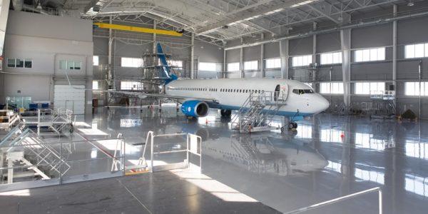Epoxidharzboden in einem Flugzeughangar