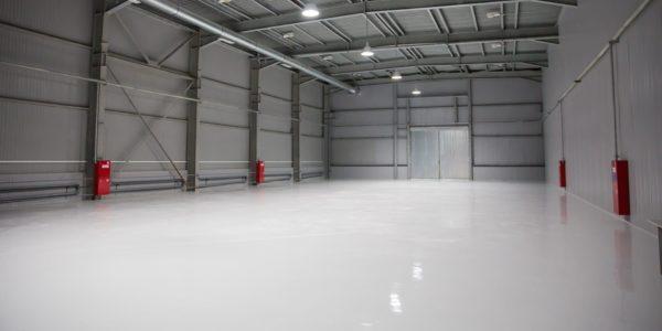 Epoxidharzboden in einer Lagerhalle