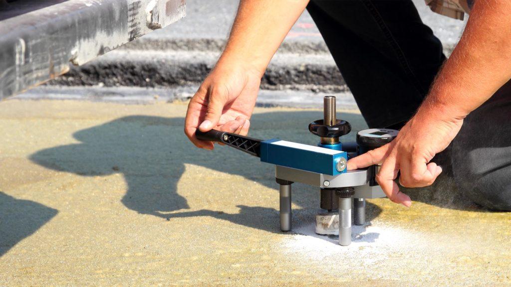 Untersuchung der Haftzugfestigkeit von Industrieböden